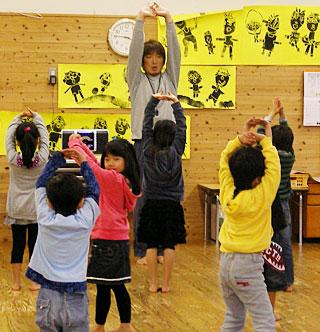 子どもたちと運動する藤原和将さん