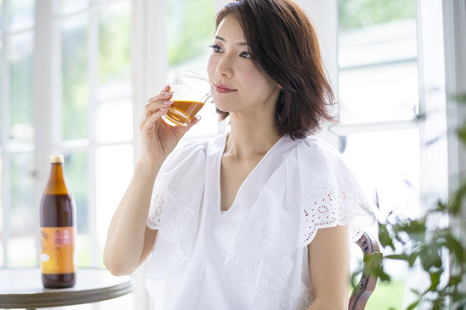 豊潤サジーを飲む水谷雅子さん
